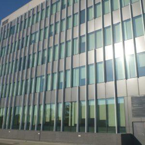 zdjęcie biurowca G8 - tył budynku. Widoczne fasady, panele i drzwi