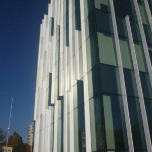 Budynek G8 - fasada z aluminiowymi żyletkami