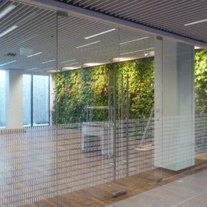 Zdjęcie ścianek szklanych wewnątrz biurowca G8