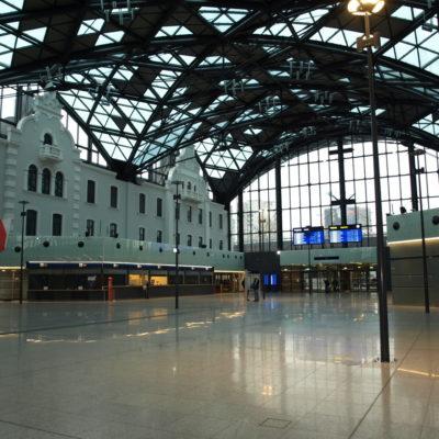 Zdjęcie elewacji i fasad aluminiowo-szklanych dworca PKP Łódź Fabryczna- widok od środka