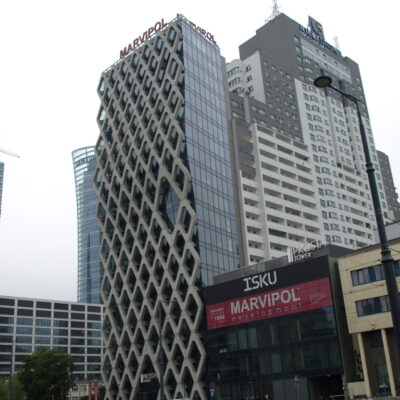 Zdjęcie Prosta Tower w Warszawie z widocznym przyklejonym apartamentowcem