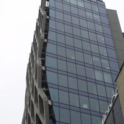 Zdjęcie Prosta Tower w Warszawie-widok kształtu fali na elewacji