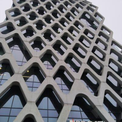 Zdjęcie Prosta Tower w Warszawie-widok pofalowanej elewacji