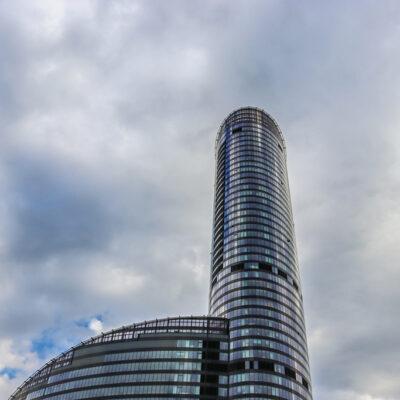 Zdjęcie Sky Tower we Wrocławiu- wieża i fragment żagla