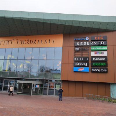 Zdjęcie wejścia do galerii handlowej Stara Ujeżdżalnia w Jarosławiu